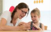Medewerkers met cliënt (kind) aan tafel Kindercentrum De Speeldoo