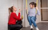 Cliënt op schommel en medewerker met bellenblaas kindercentrum Anneriet Doetinchem