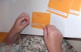 Cliënt plakt stickers werk dagbesteding Pakhuus Zutphen