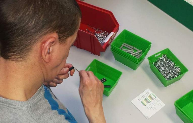 Cliënt bezig met sorteren dagbesteding Inpakcentrale De Liemers Zevenaar