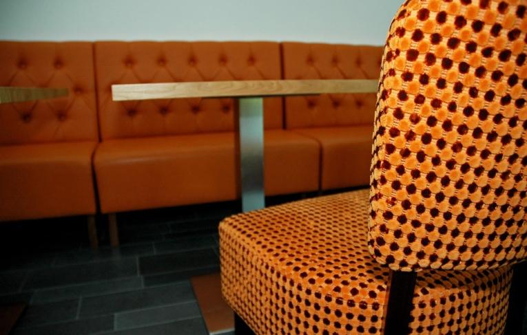 Oranje stoel, bank en tafel