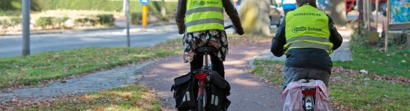 Natasja verkeersles op de fiets