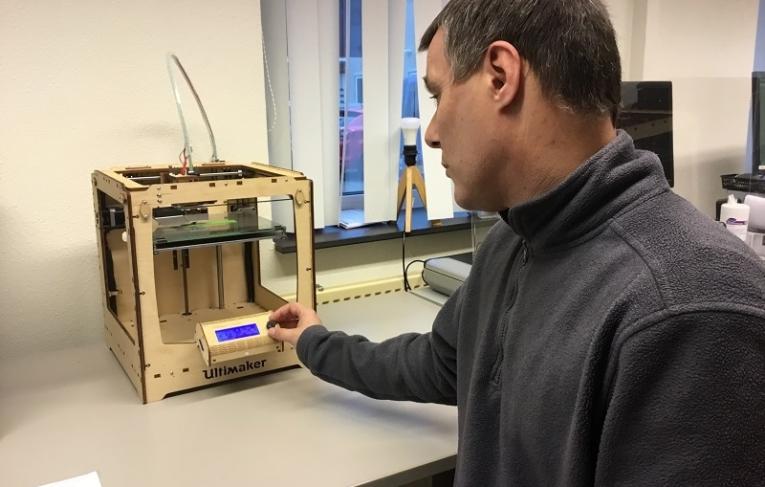 Repro Doetinchem Man kijkt naar blauw schermpje op apparaat